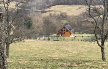 Predaj  rovinatého pozemku na rekreačné účely v obci Lysica o výmere 750m2 plus prístupová cesta.